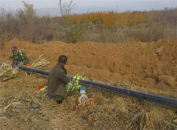 浇地地埋pe管160mm11kg压力施工现场